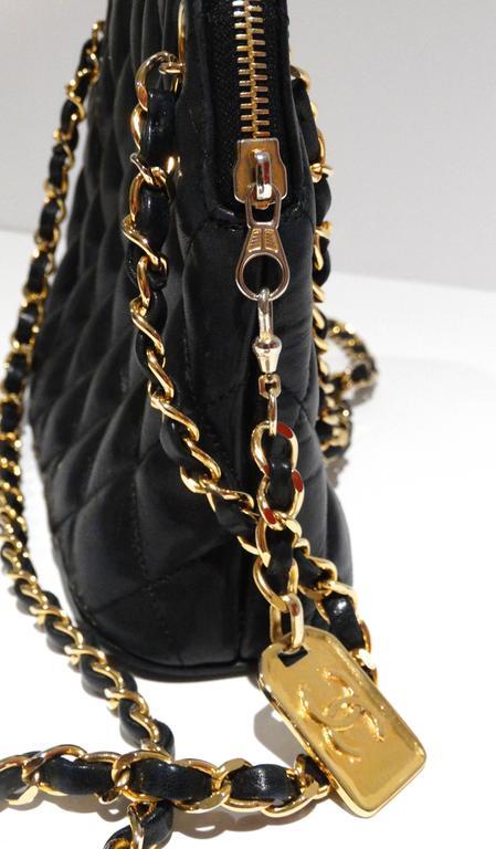 1980s Chanel 31 Rue Navy Shoulder Bag In Excellent Condition For Sale In Scottsdale, AZ