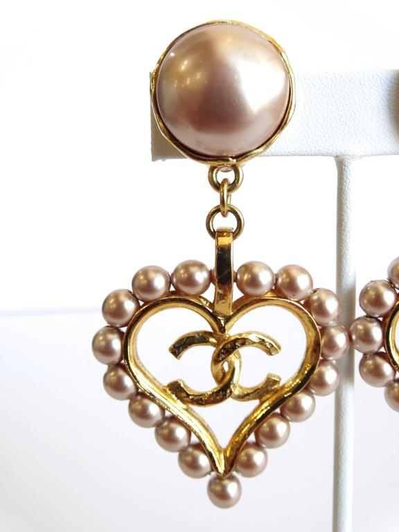 Chic 1990s Chanel Pearl Heart Drop Earrings In Excellent Condition For Scottsdale Az