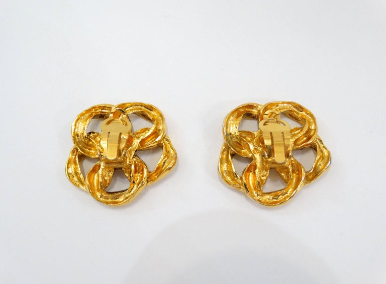 Women's 1980s Chanel Gold Chain Clip On Earrings For Sale
