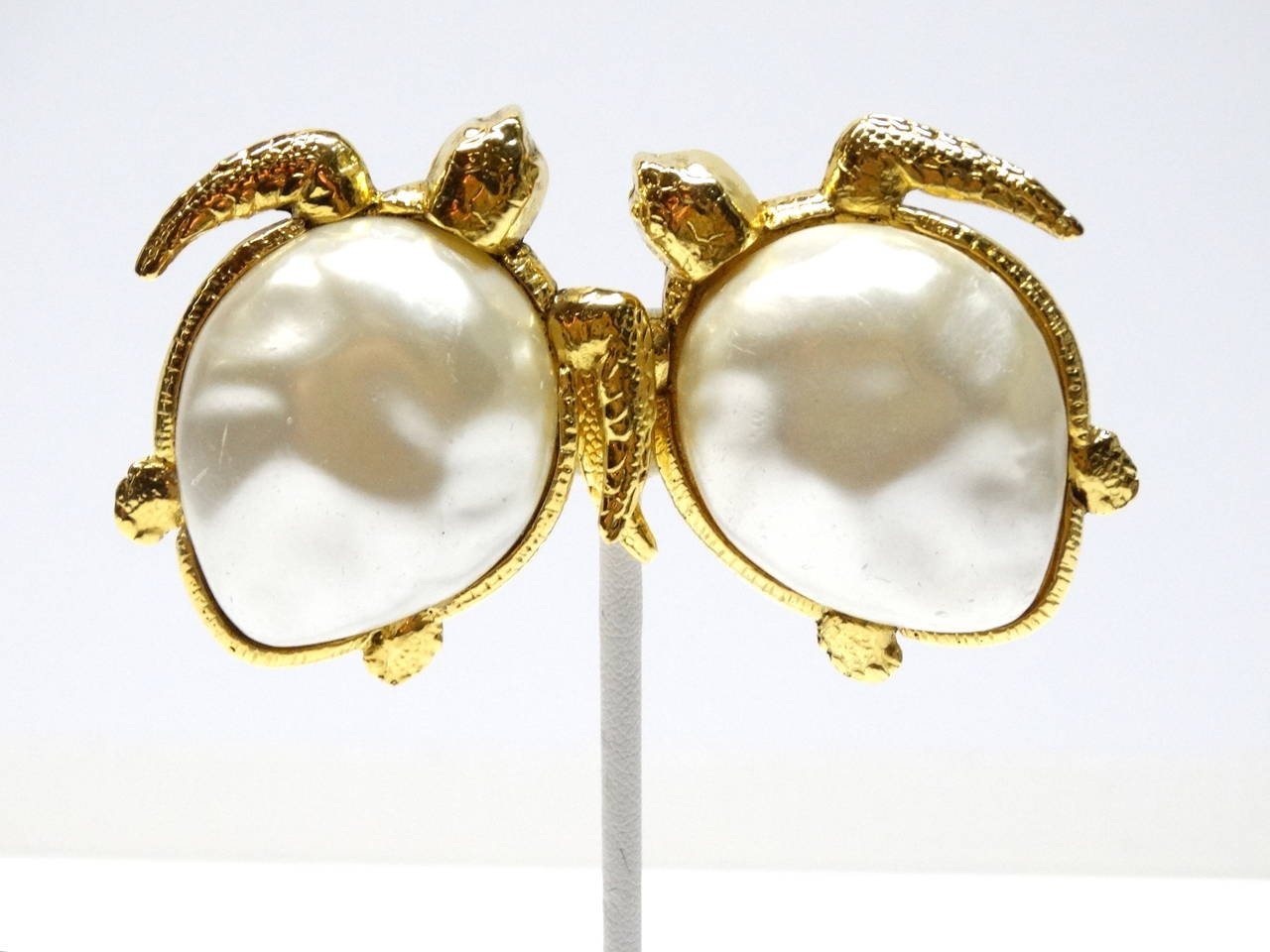 1980's Chanel Pearl Sea Turtle Earring In Excellent Condition For Sale In Scottsdale, AZ