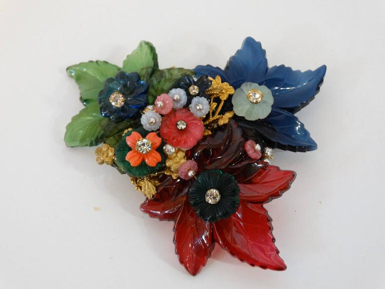 1960s William De Lillo Cameo Glass Floral Brooch  In Excellent Condition For Sale In Scottsdale, AZ