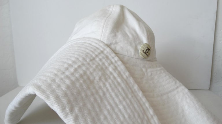 1990s Chanel White Oversized Sun Hat  In Good Condition For Sale In Scottsdale, AZ