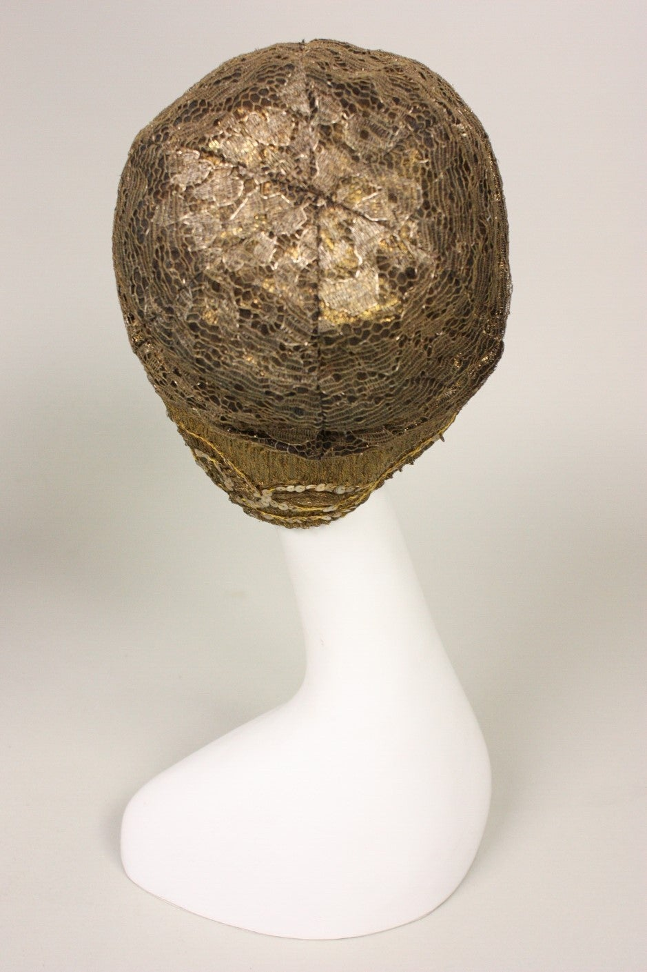 1920's Metallic Lace & Gold Bullion Cloche In Excellent Condition For Sale In Los Angeles, CA