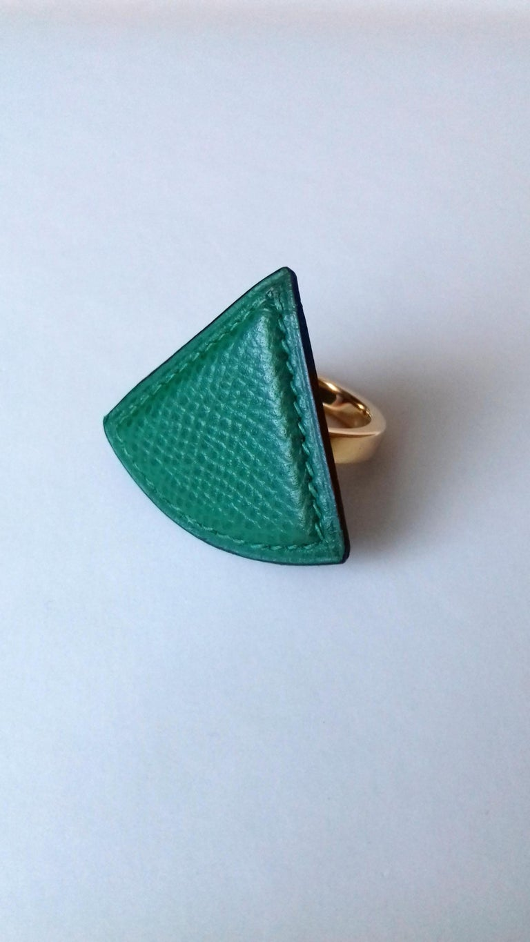 Rare and Beautiful Authentic Hermès Ring for Scarf  Pattern: Triangle  Made in France  Made of Courchevel Leather (Epsom) and Golden Hardware  Colorway: Green Leather, Green Sewings  Can be used as jewel ring, but please pay attention to