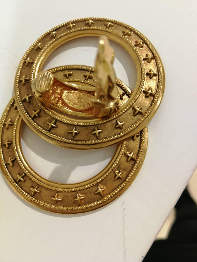 Chanel gold tone clip-on earrings In Excellent Condition For Sale In Capri, IT