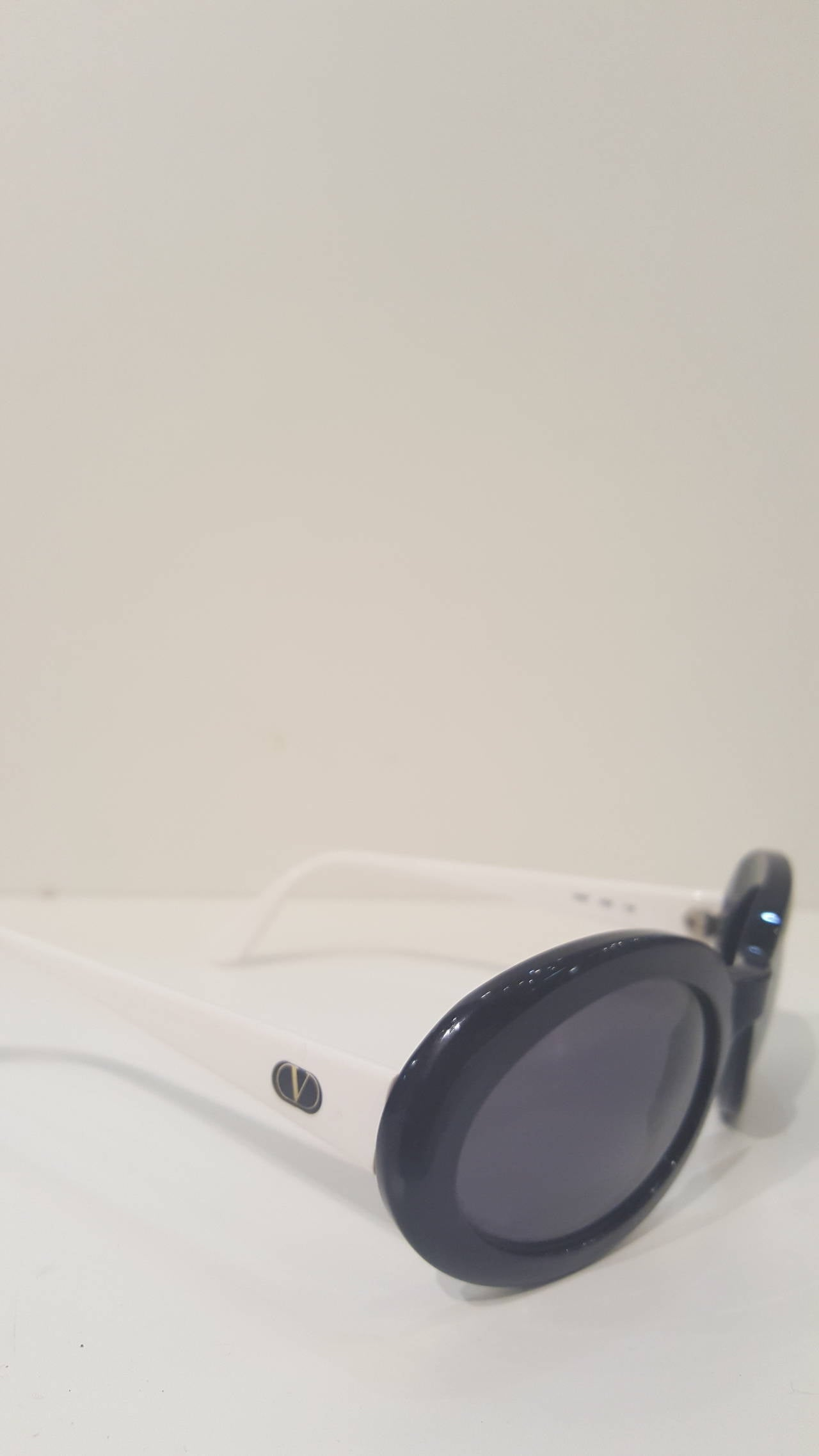 Gray 1980s Valentino Balck and dark blue navy sunglasses For Sale