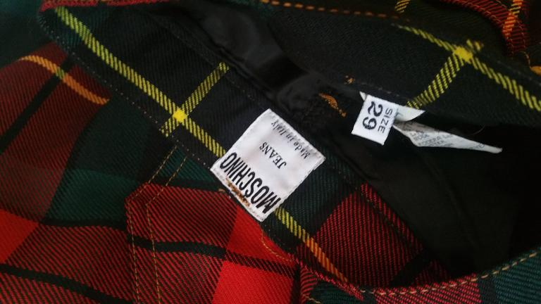 1980s Moschino iconic eighties jeans SeNeImporta (Who cares) tartan high waisted In Excellent Condition For Sale In Capri, IT