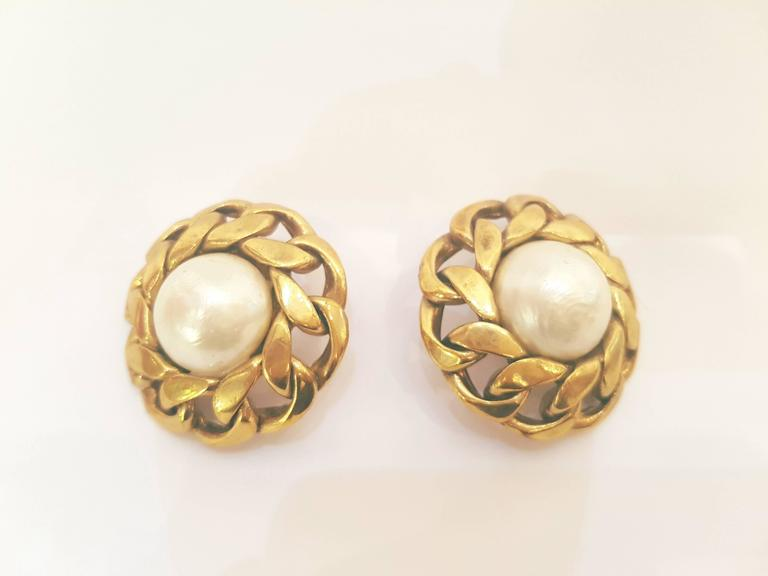 Chanel Gold Tone White Faux Pearls Clip on earrings In As new Condition For Sale In Capri, IT