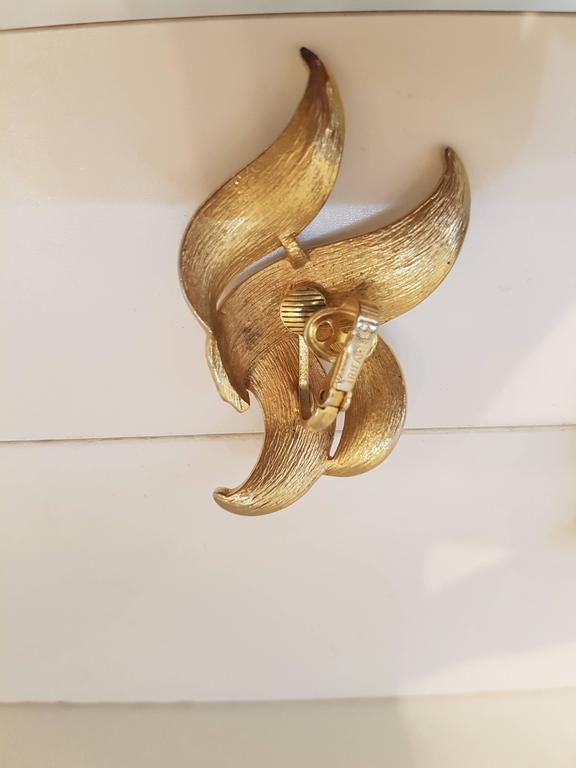 1980s Trifari gold tone clip on earrings In Excellent Condition For Sale In Capri, IT