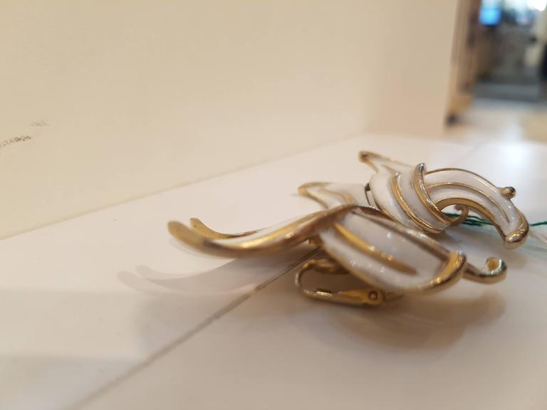 Women's 1980s Trifari gold tone clip on earrings For Sale