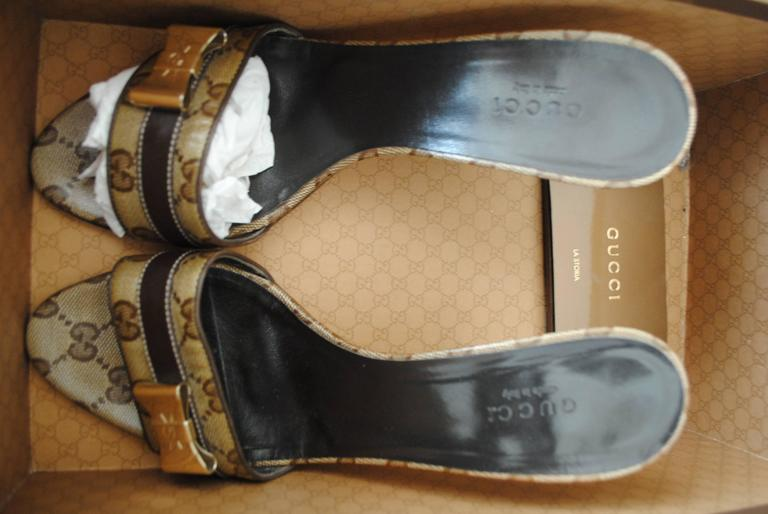 Gucci GG Logo Sandals Gold tone bows For Sale 2