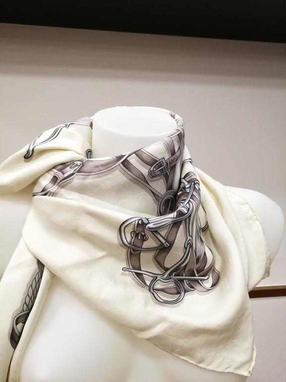 Gucci White Grey Silk Foulard  Totally made in italy