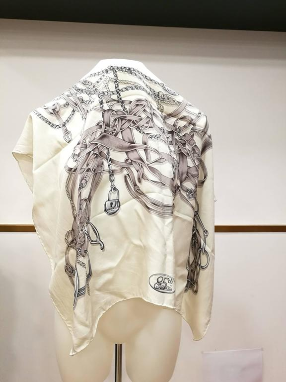 Gucci White Grey Silk Foulard In Good Condition For Sale In Capri, IT