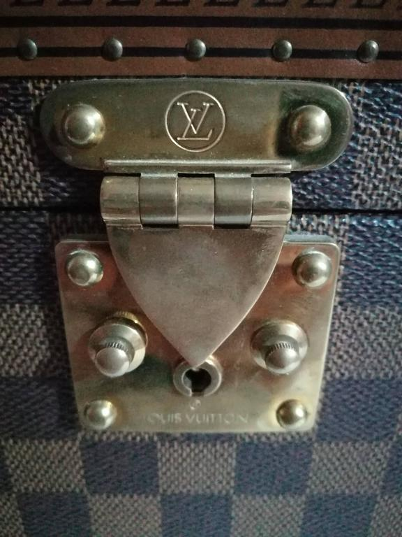 Louis Vuitton Monogram Watches & Jewels Case  Gold tone hardware Red suede inside Made in France Measurements: 16 cm x 16 cm x 16 cm