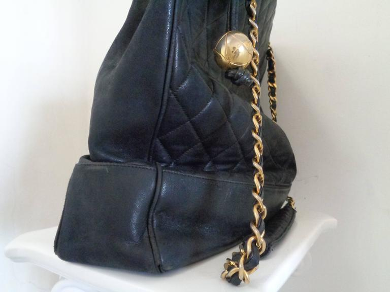 Women's or Men's 1980s Chanel black leather Shoulder Bag For Sale