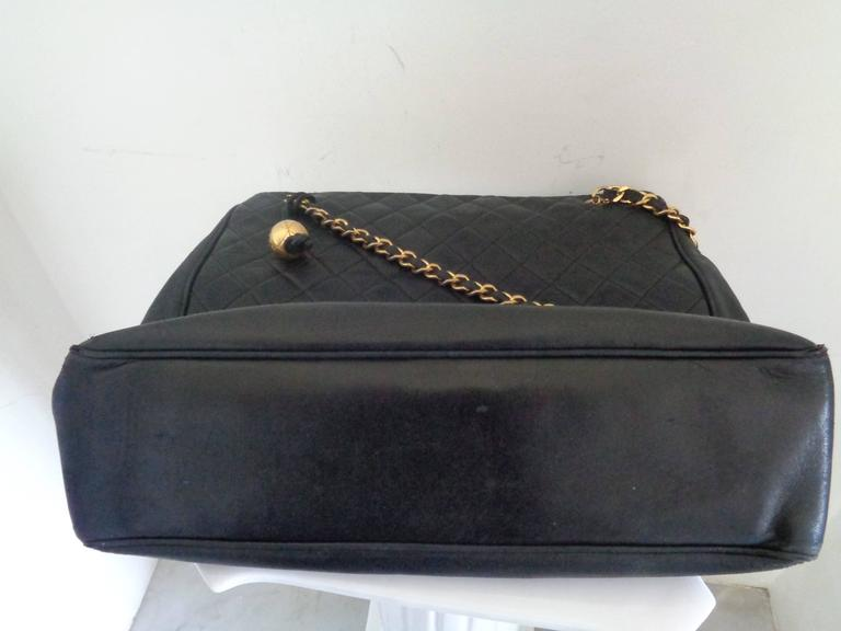 1980s Chanel black leather Shoulder Bag For Sale 1