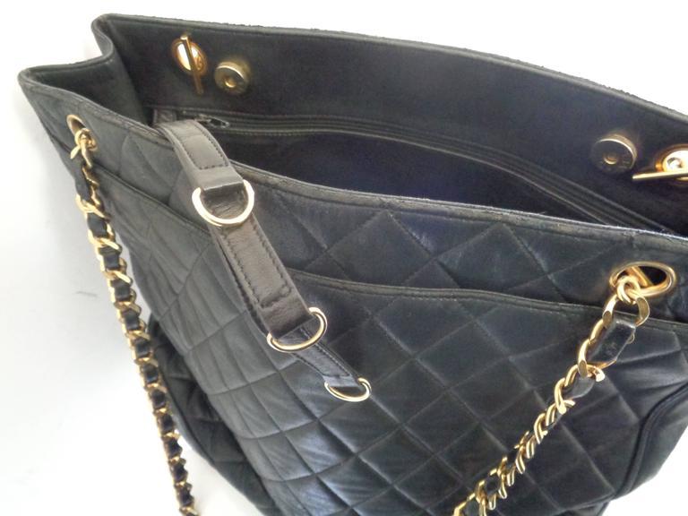 1980s Chanel black leather Shoulder Bag For Sale 2