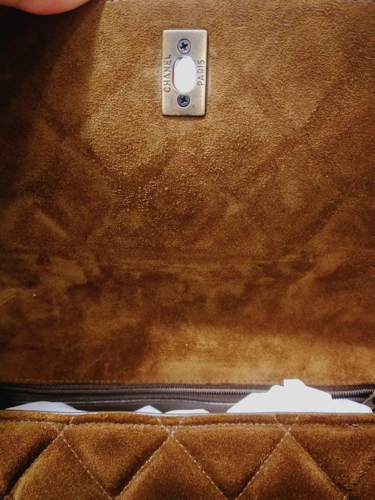 Women's or Men's Chanel brown suede baguelite shoulder bag For Sale