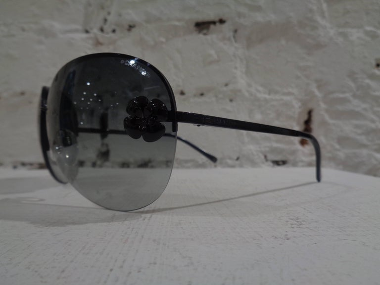 Chanel black camelia sunglasses with box In Excellent Condition For Sale In Capri, IT