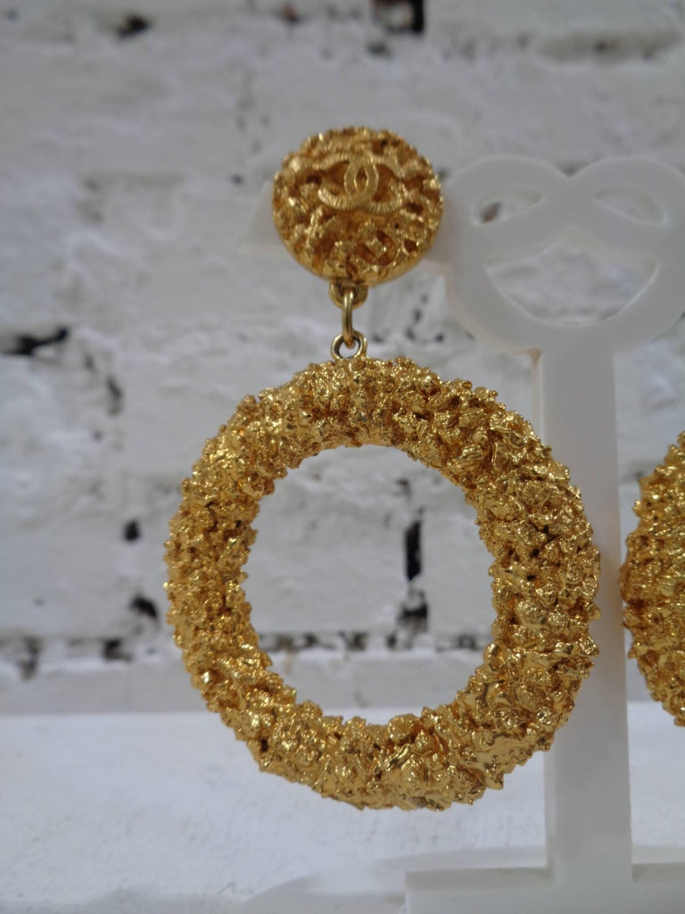 Chanel gold tone circle cc logo clip on earrings In Excellent Condition For Sale In Capri, IT