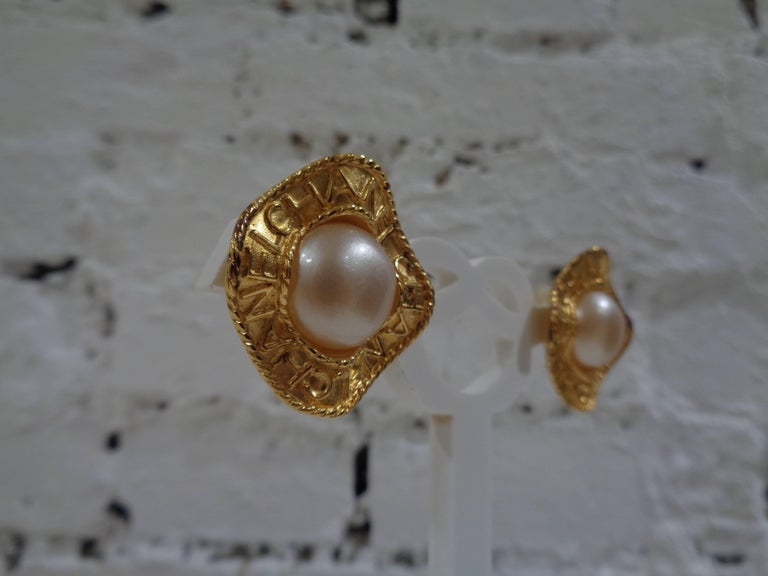Chanel gold tone faux white pearls clip on earrings In Excellent Condition For Sale In Capri, IT