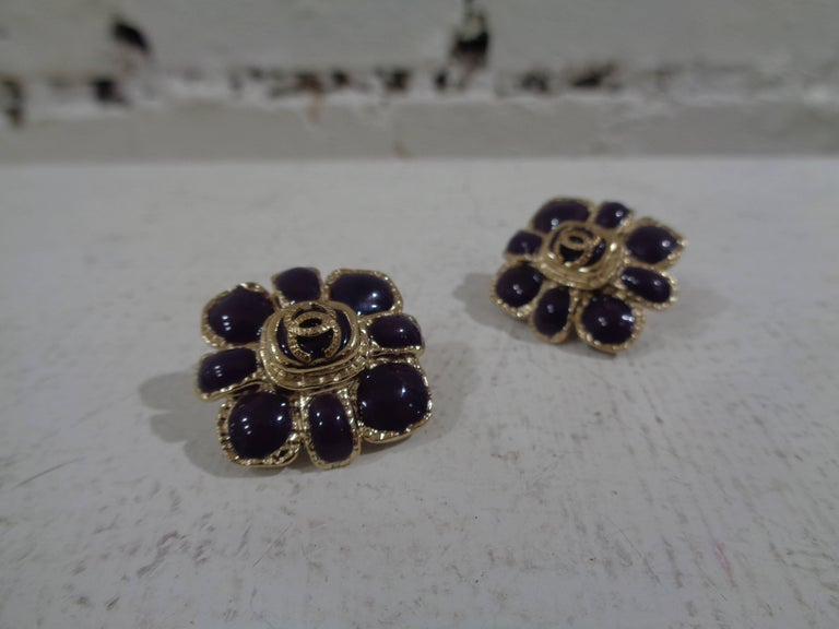 Chanel purple silver tone cc logo flower clip on earrings In Excellent Condition For Sale In Capri, IT