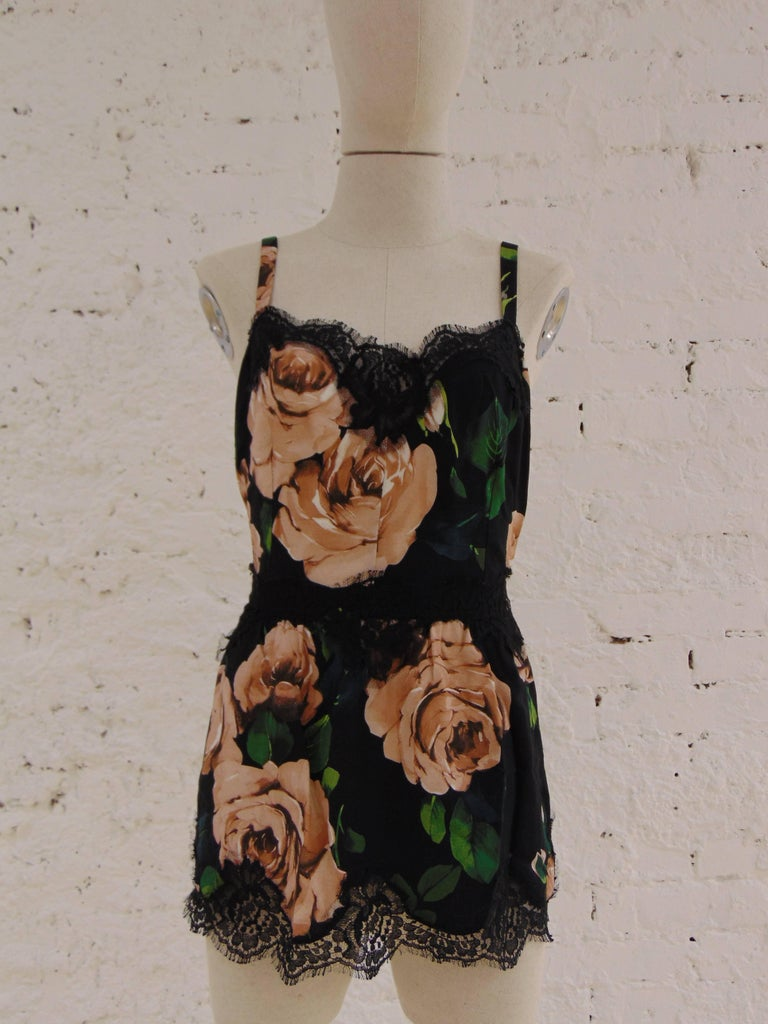 Dolce & Gabbana vintage flower top  totally made in italy in size 46  Composition: Viscosa and cotton