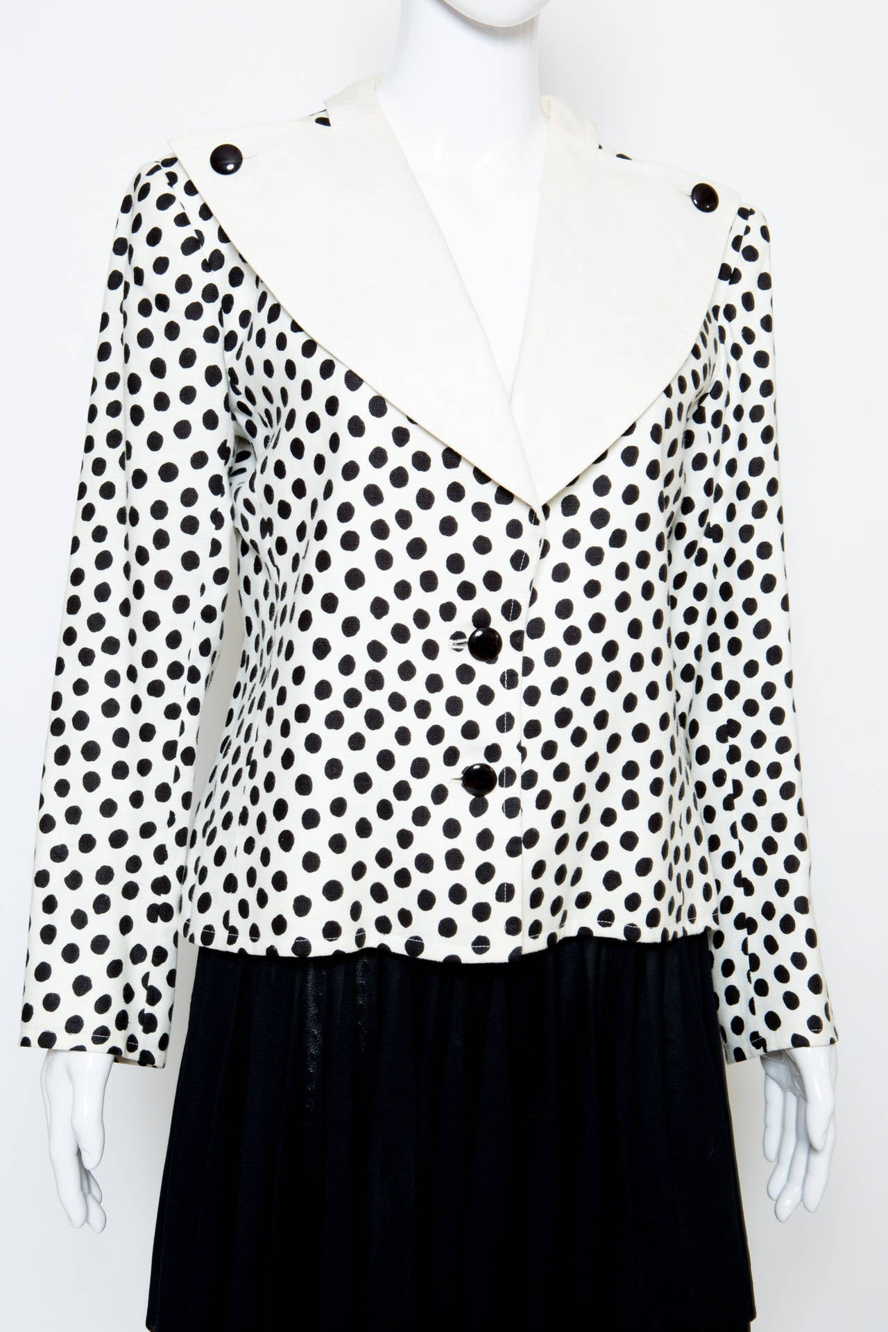 Black & white cotton/linen jacket from  Saint Laurent featuring a contrasted notched lapels, black buttons fastening, and long sleeves. The jacket is fully lined. Estimated size 40fr