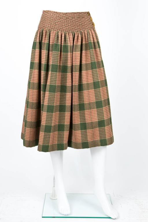 1970s Lanvin wool  skirt featuring a camel and green check pattern, a large flat waistband yoke (3,9in (10cm)) with buttons, sides pockets.. In excellent vintage condition. Made in France. Waist 27,5 in. ( 70 cm ) Hips 52in. (132cm) Bottom width