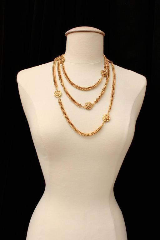 Early 1990s Chanel Gilt Long Necklace with Medallions In Excellent Condition For Sale In Paris, FR
