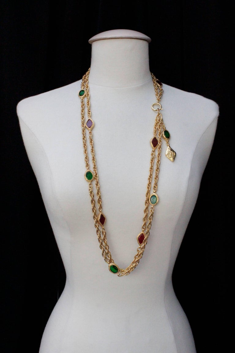 CHANEL (Made in France) Double strand long necklace alternating oval and diamond-shaped elements in ruby and emerald glass paste set in gilded metal, and twisted chain. It can be worn in different styles, as shown on the pictures.  Signed at the