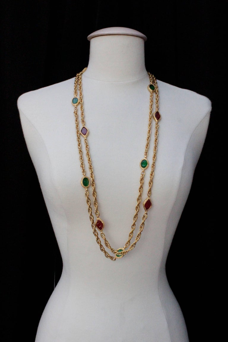 1990s, Chanel long gilded metal necklace with ruby and emerald elements In Excellent Condition For Sale In Paris, FR