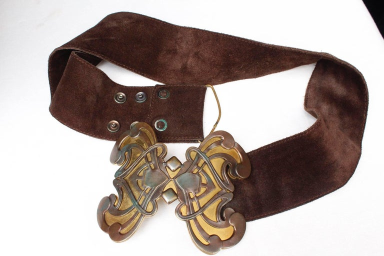 1970s Yves Saint Laurent wide brown suede belt with butterfly buckle In Good Condition For Sale In Paris, FR