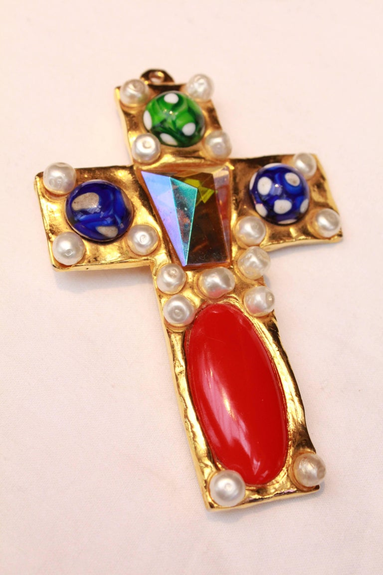 1990s Chanel rare brooch representing a gilted metal cross 5