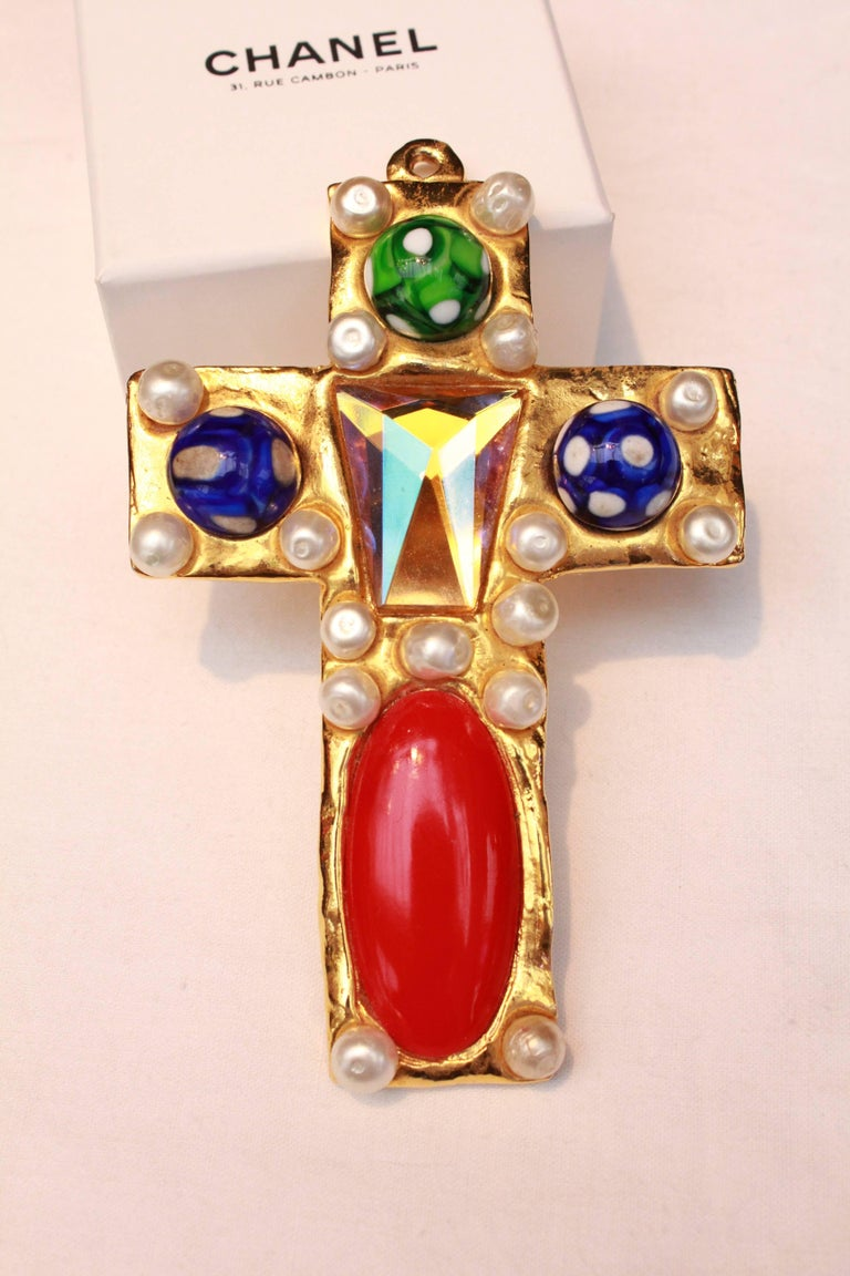 Women's or Men's 1990s Chanel rare brooch representing a gilted metal cross For Sale