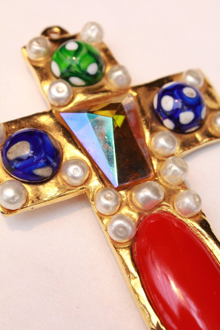 1990s Chanel rare brooch representing a gilted metal cross For Sale 3