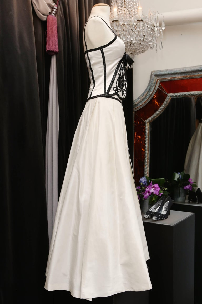 Loris Azzaro white silk taffeta set with sequins and black beads embroideries In Excellent Condition For Sale In Paris, FR