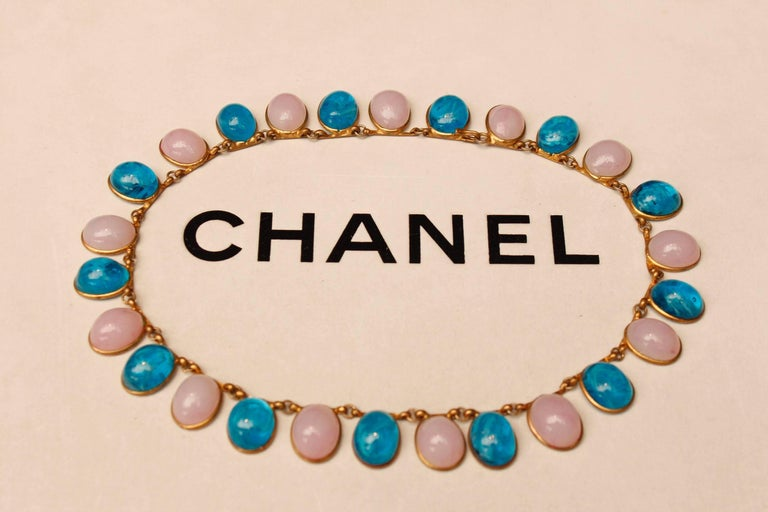 1960s Chanel Choker Composed of Pink and Blue Glass Paste Cabochons In Excellent Condition For Sale In Paris, FR