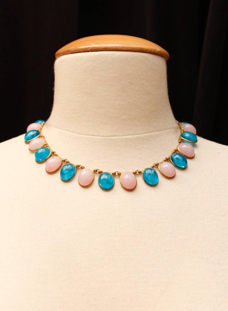 CHANEL Attributed to (Made in France) Choker composed of oval light pink glass paste cabochons alternating with turquoise cabochons, set in gilded metal. Hook and eye clasp.  No signature.  Circa 1960-1970's.  Length 41 cm (16 in).  Very good