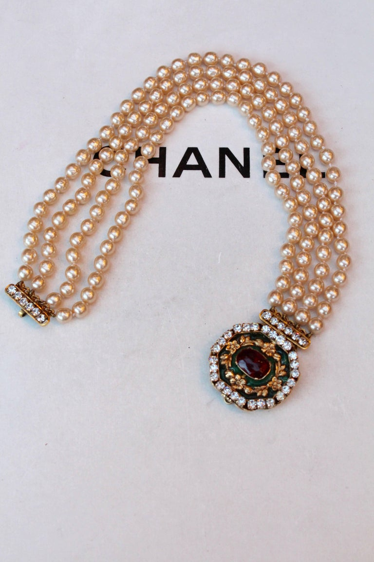 1980s Chanel exceptional faux-pearl choker with Gripoix clasp closure For Sale 1