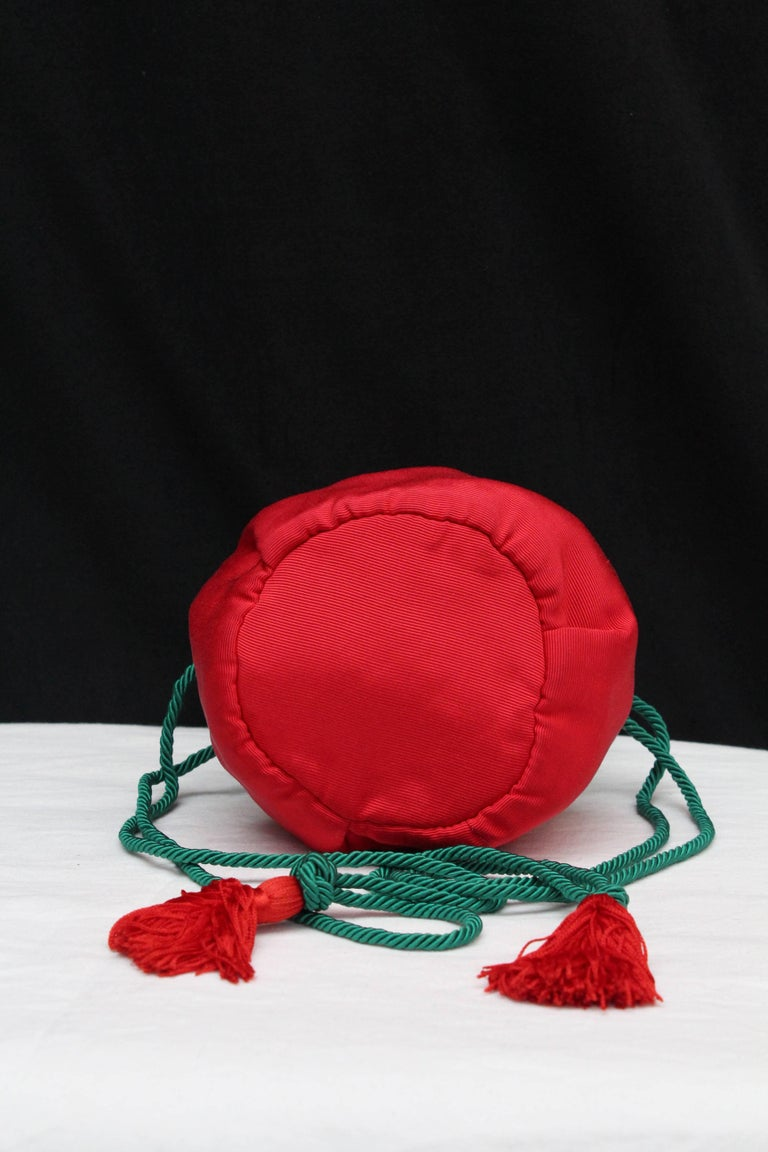 Yves Saint Laurent small red and green satin purse-shaped evening bag  In Excellent Condition For Sale In Paris, FR