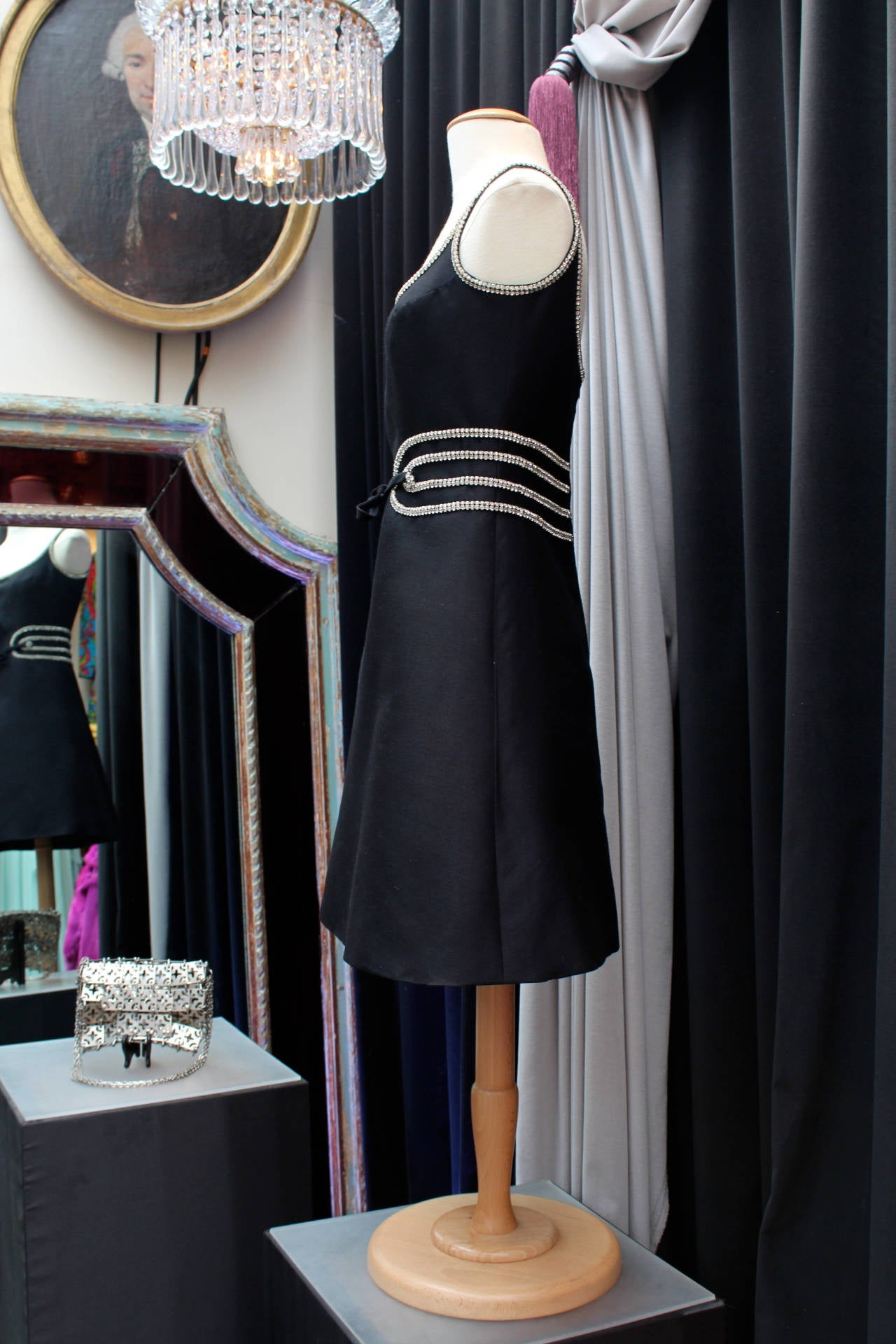 Fabulous and elegant little black dress by Louis Feraud (Made in France) circa 1960s executed by Gabardin in Paris after a special authorization of the fashion house.   The sleeveless and flare short skirt dress is composed of black silk crepe