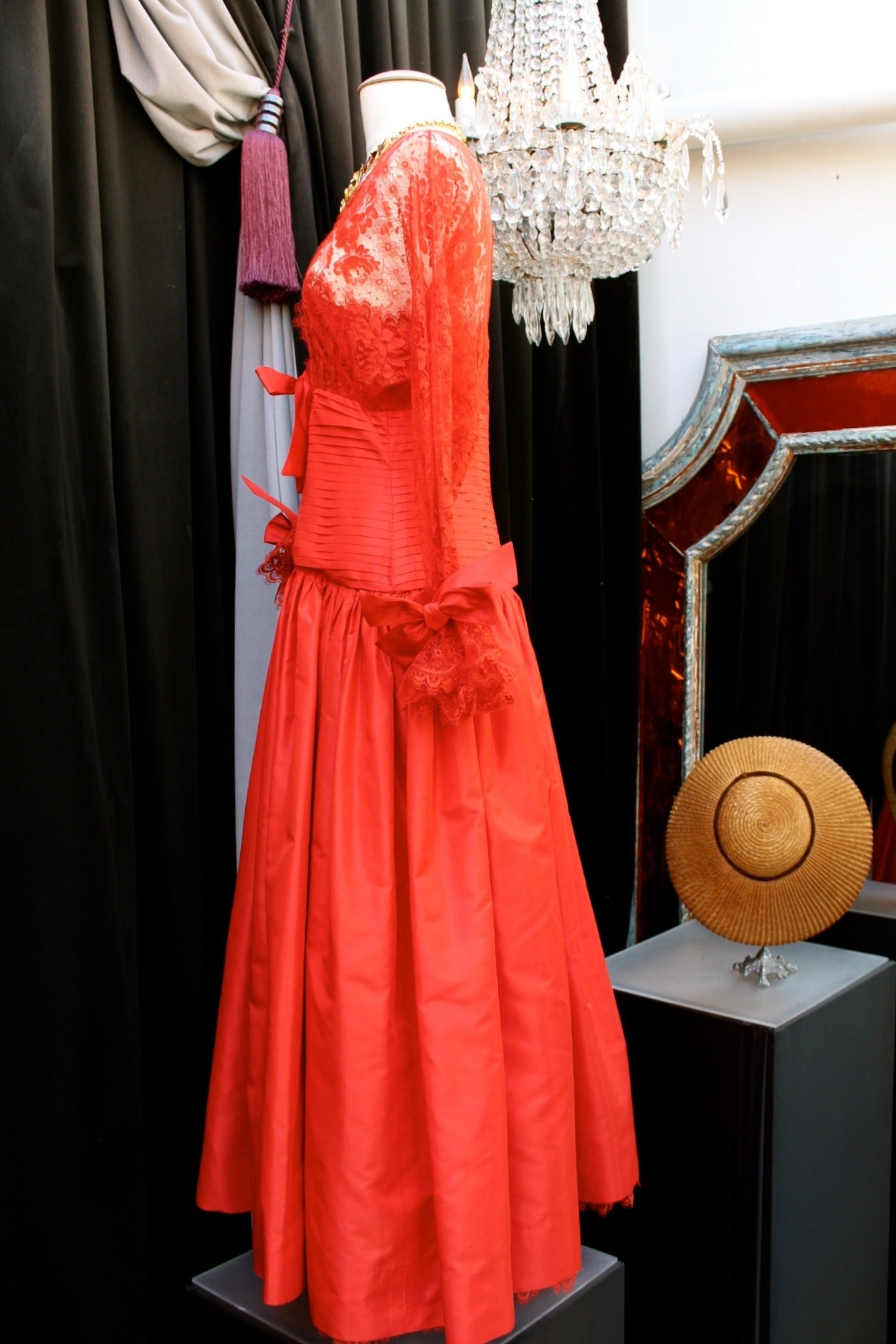 Fall 1980 Nina Ricci Haute Boutique Red Taffeta and Lace Evening Dress In Excellent Condition For Sale In Paris, FR