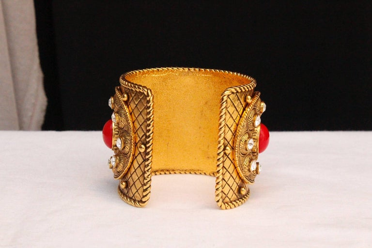 1990s Christian Dior gilded metal cuff with rhinestones and red cabochons In Excellent Condition For Sale In Paris, FR