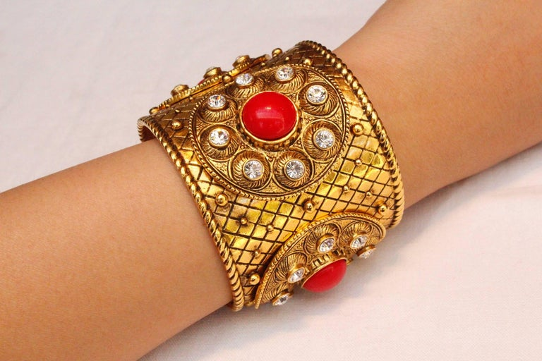 1990s Christian Dior gilded metal cuff with rhinestones and red cabochons For Sale 2