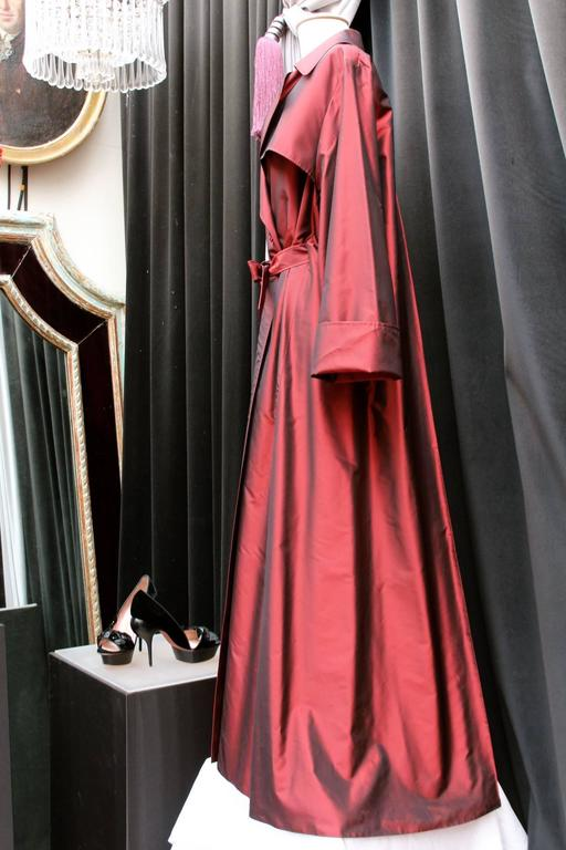 1990's Guy Laroche Oversized Burgundy Taffeta Trench In Excellent Condition For Sale In Paris, FR