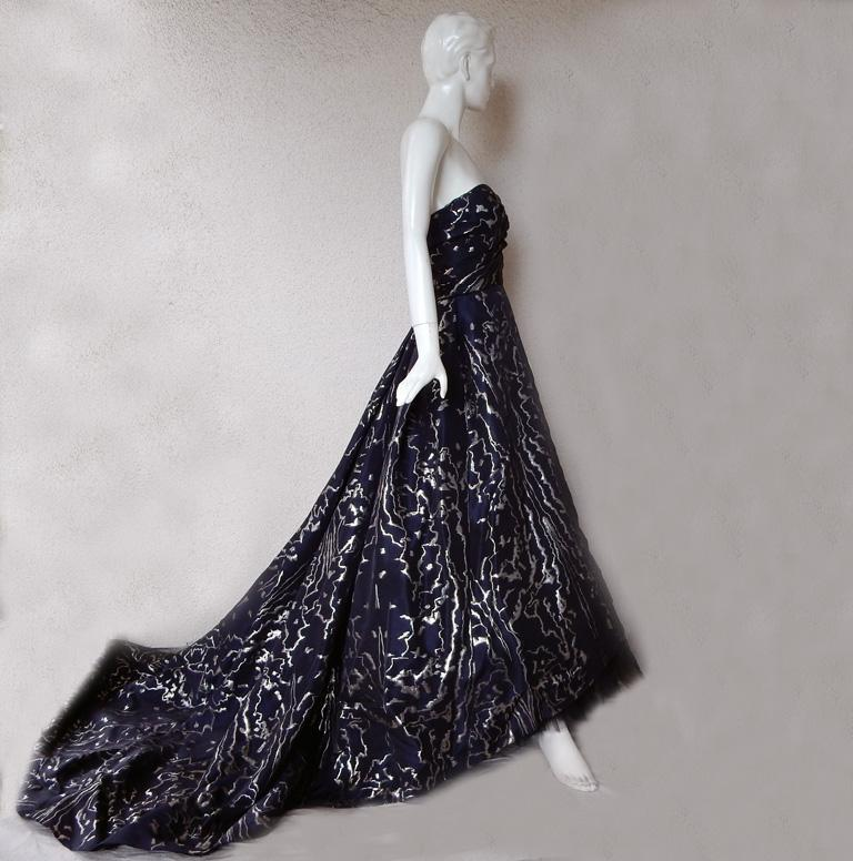 Oscar de la Renta Hi Fashion WOW Ballgown + Crinoline!     In Excellent Condition For Sale In Los Angeles, CA