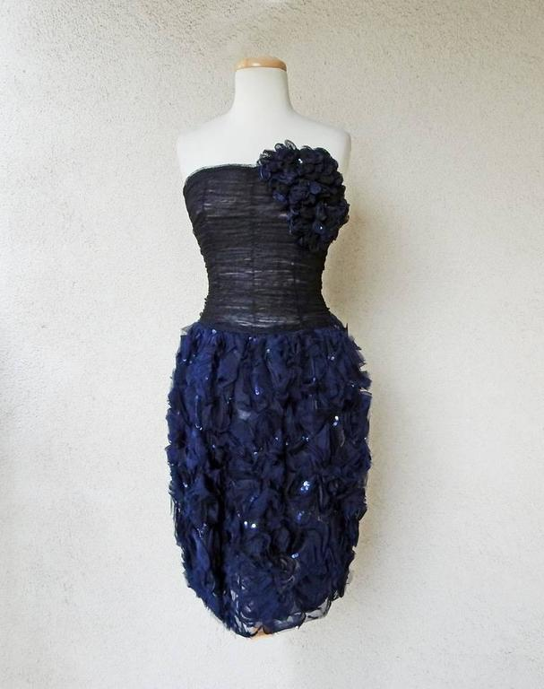 Delicious Oscar de la Renta Sculptural Strapless Corsage Cocktail Dress In New never worn Condition For Sale In Los Angeles, CA