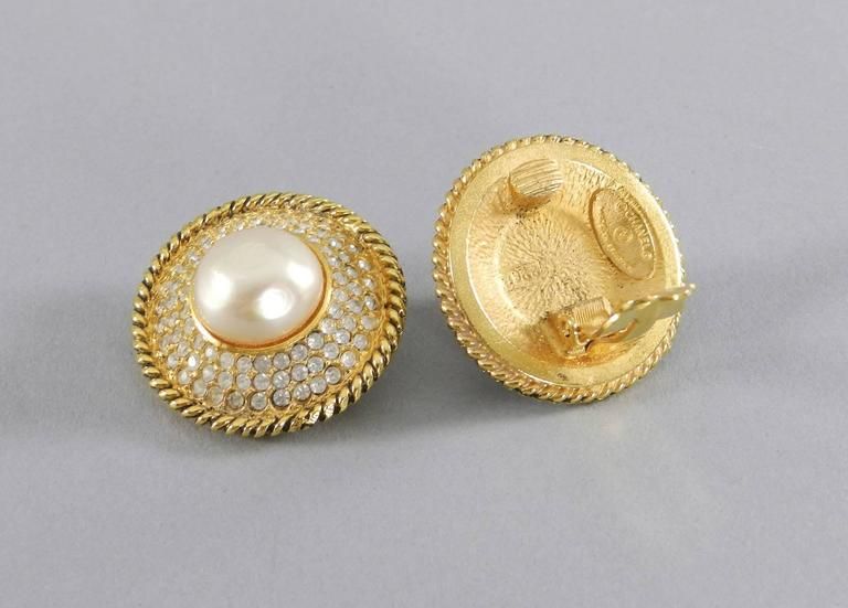 CHANEL vintage 1980's Pearl and Rhinestone button Clip on Earrings In Excellent Condition For Sale In Toronto, ON