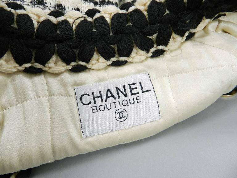 Chanel vintage 1980's Thick Tweed Ivory and Black CC logo Jacket For Sale 3